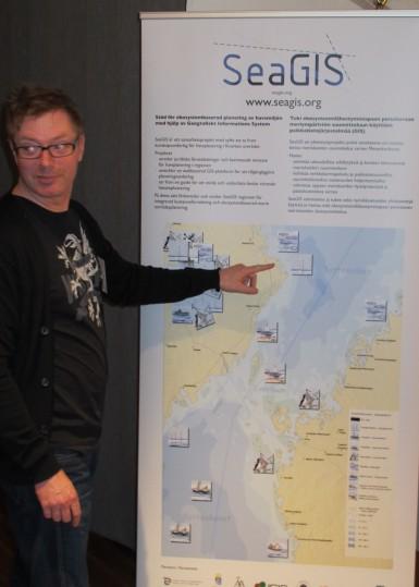 Patrik Stenroth från länsstyrelsen i Västerbotten informerar om SeaGIS vid SUPERB's  workshop 26.4.