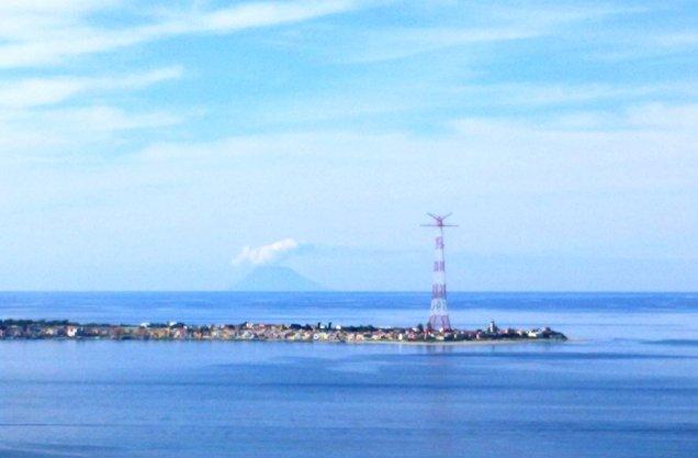 Messinasundet mellan Italien och Sicilien. 3km på smalaste stället. Vulkanen Stromboli i bakgrunden.